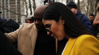 Se llevó la mano al corazón y la levantó en señal de despedida: el adiós de 'El Chapo' a Emma Coronel al escuchar el veredicto