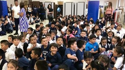 En fotos: Sorprenden a estudiantes de una primaria de La Villita con regalos para empezar el año escolar