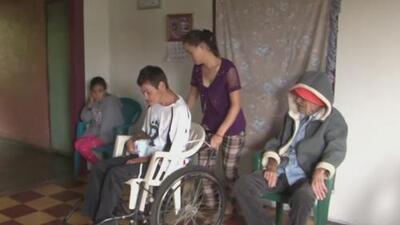 Esta adolescente se encarga de cuidar a su familia enferma que depende de ella para sobrevivir