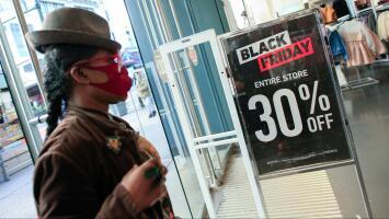 A pesar de la pandemia y las lluvias, cientos de personas salen a hacer sus compras en Houston este Black Friday