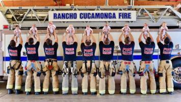 ¿Se pusieron de acuerdo? La increíble historia de un grupo de bomberos que presentan a sus nueve bebés