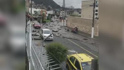 El momento en que un deslave destruye todo a su paso y cubre de lodo varias calles en Ecuador