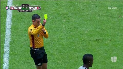 Tarjeta amarilla. El árbitro amonesta a Jorge Segura de Atlas