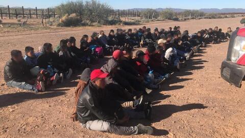 Cientos de inmigrantes cruzan ilegalmente la frontera de Arizona para entregarse a las autoridades y solicitar asilo