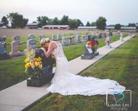 📷Su prometido murió en un accidente y ella igual se vistió de novia el día de su boda para honrar su memoria (fotos)