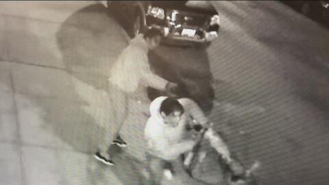En video: Dos sujetos golpean brutalmente a un hombre en plena calle