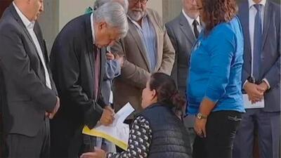 De rodillas, madre le suplica a López Obrador que la ayude a encontrar a su hijo desaparecido