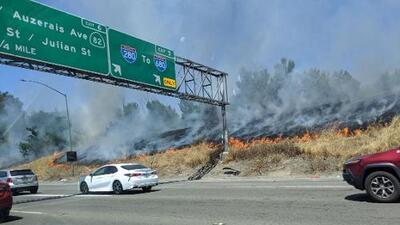Bomberos combatieron dos incendios cerca de las autopistas