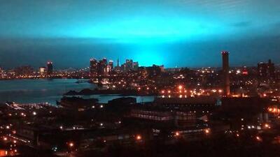 """""""No son aliens"""": el cielo nocturno de Nueva York se tornó azul intenso tras una explosión en Queens"""