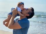 Adrián Uribe juega con su hija Emily de esta tierna manera