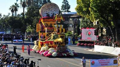 A pesar de las bajas temperaturas, cientos de familias disfrutaron del tradicional Desfile de las Rosas