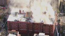 Una puerta sin cerrar ayuda a propagar las llamas de un voraz incendio en Queens