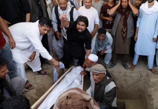 En fotos: El sangriento final de una boda muestra cómo Afganistán vive la peor ola de violencia de los últimos años