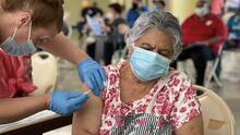 Recogen a adultos mayores en su casa para llevarlos a vacunar en Houston