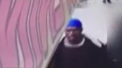 ¿Lo has visto? Autoridades están tras la pista de este sospechoso por golpear a un anciano en El Bronx