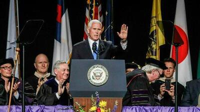 Protestan por presencia del vicepresidente Pence en ceremonia de graduación