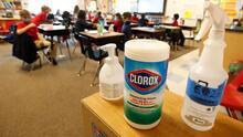 ¿Hay que seguir desinfectando las superficies para evitar contagios por covid-19? Esto dicen los expertos