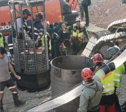 Excavando a mano y con microvoladuras: así avanzan los mineros ante los últimos 3 pies para llegar hasta el niño que cayó por un pozo