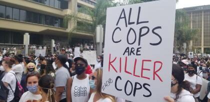 Con pancartas y gritos, la protesta que fue organizada por miembros de la Asociación Nacional para el Avance de las Personas de Color (NAACP) de la Universidad Fresno State,  <b>se desarrolló de forma pacífica, aunque el mensaje de la manifestación fue claro y directo.</b>