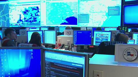 Autoridades de la oficina para el Manejo de Emergencias del Condado Harris se preparan para la tormenta tropical Cindy