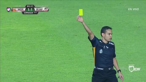 Tarjeta amarilla. El árbitro amonesta a Óscar Macías de Lobos BUAP