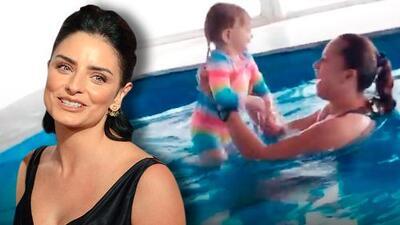 La bebé de Aislinn Derbez no llega a los dos años y ya aprende a nadar: así fue su primera clase de natación