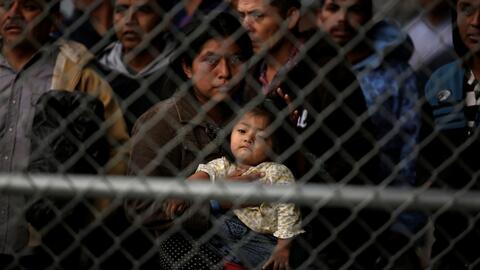 Decenas de migrantes fueron detenidos por la Patrulla Fronteriza debajo de un puente fronterizo en El Paso