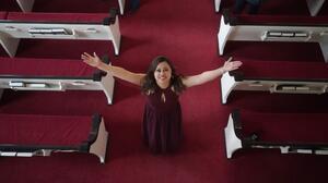 Inmigrante abandona iglesia en la que estuvo refugiada por 3 años