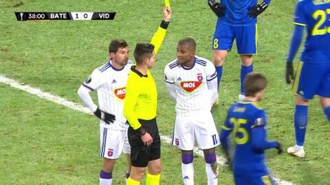 Tarjeta amarilla. El árbitro amonesta a Egor Filipenko de BATE Borisov