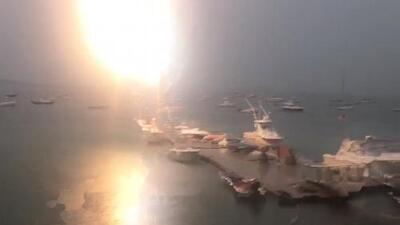 Chispas en el mástil: Captan el impresionante momento en que un rayo cae sobre un bote