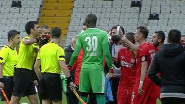 Capitán del Sivasspor es expulsado por mostrar error arbitral en móvil
