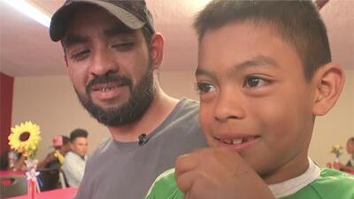 Así pasan los días este padre y su hijo migrante en un albergue en Tijuana