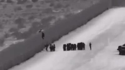 """""""Coyotes"""" y escaleras: Así cruzan a EEUU familias enteras en busca de asilo"""