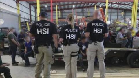 ICE arresta a más 150 personas durante la redada a una planta de producción en Texas
