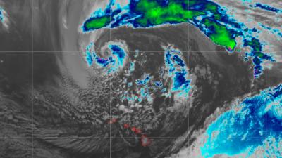 Olas de 60 pies de altura y potentes vientos deja a su paso una tormenta invernal cerca de Hawaii