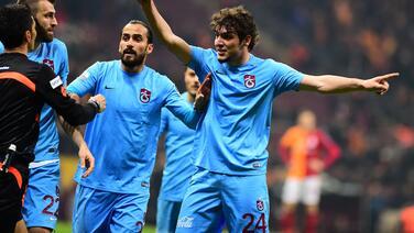 Jugador le muestra la tarjeta roja a árbitro en el fútbol turco