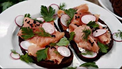 Sándwich abierto de salmón