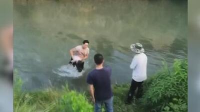 Siete obreros salvan a una niña de morir ahogada en China