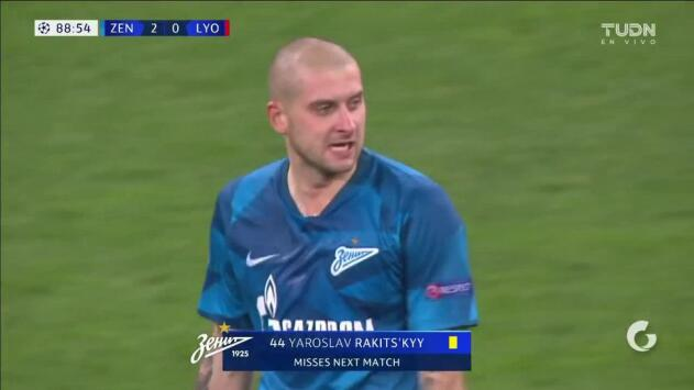 Tarjeta amarilla. El árbitro amonesta a Yaroslav Rakitskiy de Zenit St Petersburg