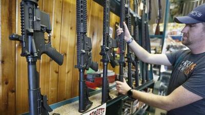Fabricante de armas suspende la producción de rifles AR-15 para la venta al público