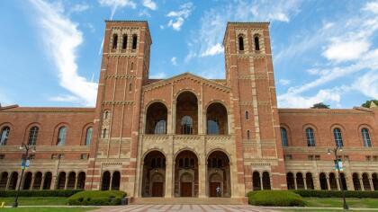 <b>Universidad de California, UCLA (19º a nivel nacional)</b> <br> <b>Costo estimado anual sin ayuda financiera: </b>$35,500 <br> <b>Costo estimado anual con ayuda financiera: </b>$15,700 <br> <b>% estudiantes obtienen becas: </b>60% <br> <b>% graduación:</b> 91% <br> <b>Salario promedio anual estimado:</b> $57,600