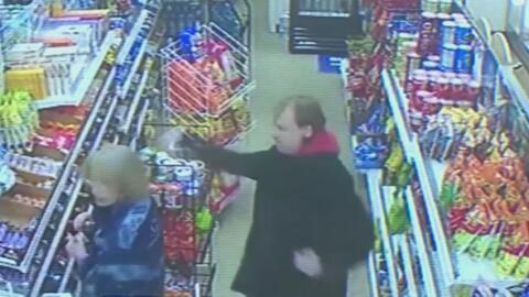 Captado en cámara: El despiadado ataque en contra de la empleada de una tienda