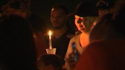 """""""Todos sentimos el dolor"""": vigilias por la muerte de Maddox, el niño autista extraviado en Carolina del Norte"""