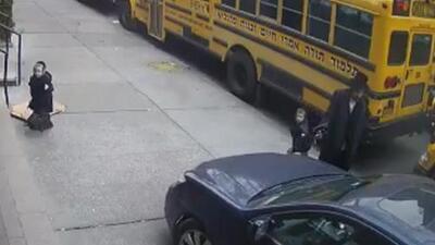 En video: Conductor maneja sobre la acera mientras varios niños intentan entrar a la escuela