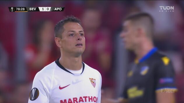 El público del Sevilla despide al Chicharito con gran ovación