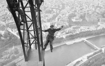 La Torre Eiffel cumple 130 años: su increíble historia en fotos que seguramente no has visto