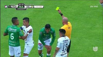 Tarjeta amarilla. El árbitro amonesta a Miguel Herrera de León