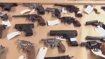 """""""Es horrible que la gente pueda tener muchísimas armas"""", líderes de Austin reaccionan a la firma de la ley para portar armas sin licencia en Texas"""