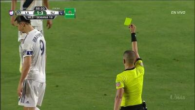 Tarjeta amarilla. El árbitro amonesta a Zlatan Ibrahimovic de LA Galaxy