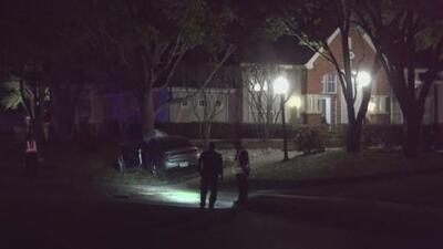 Un hombre muere al chocar su auto contra un árbol en la ciudad de Irving